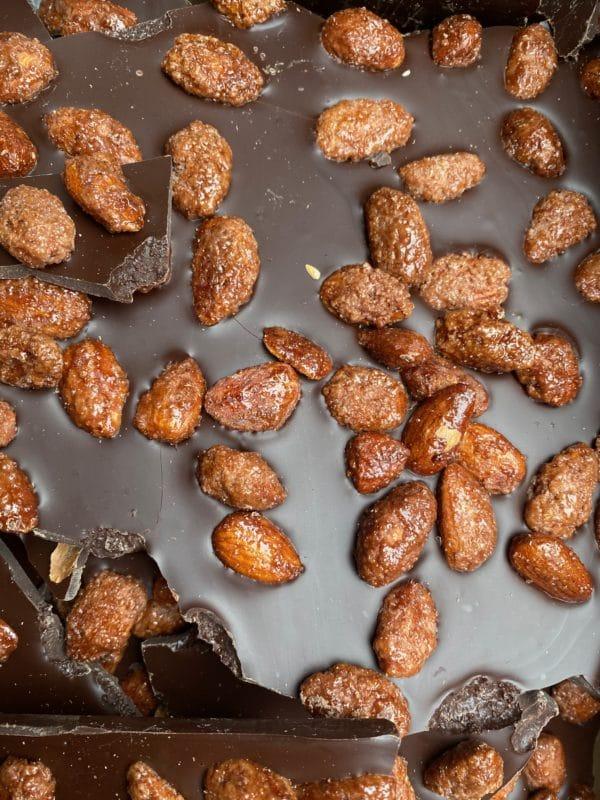 Schokobruch aus feinster Schokolade dekoriert mit gebrannten Mandeln